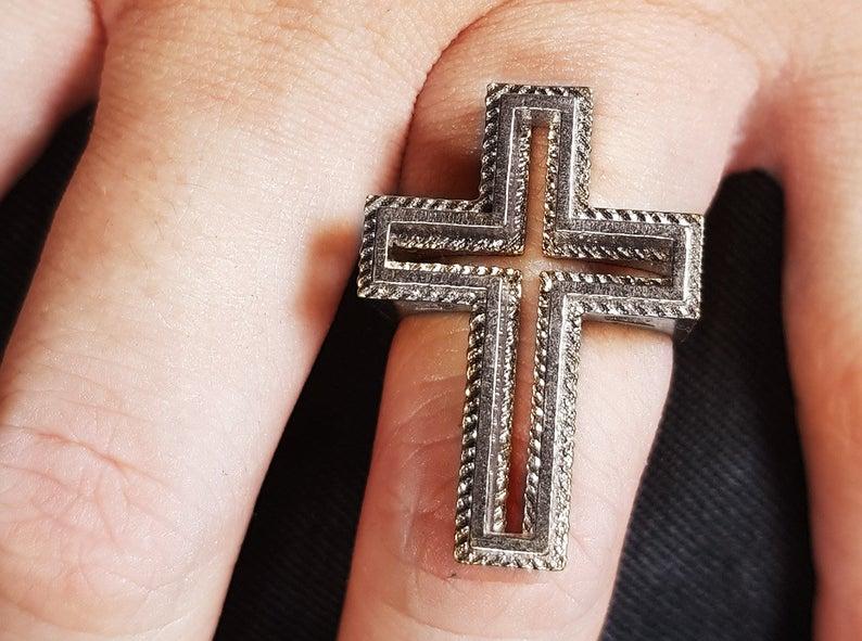 anillo cruz cristiana o anticristiana